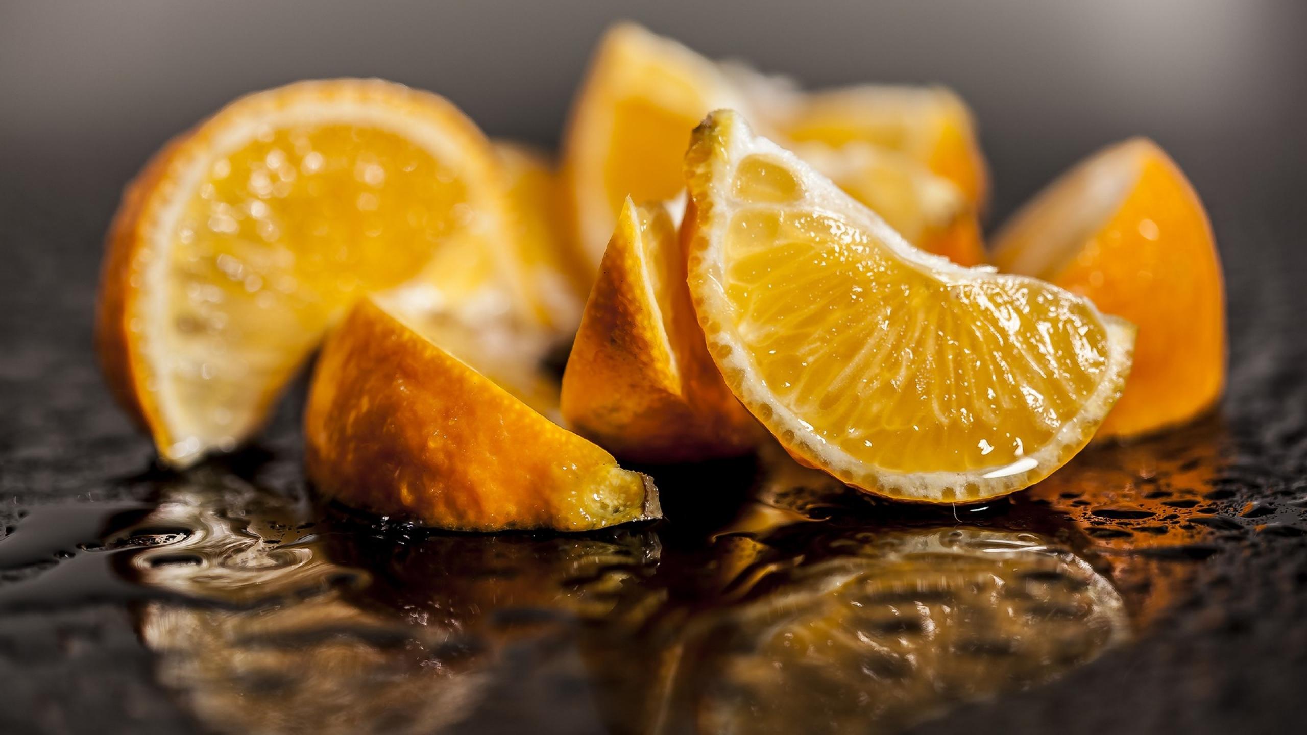 Апельсин на оранжевом фоне обои скачать