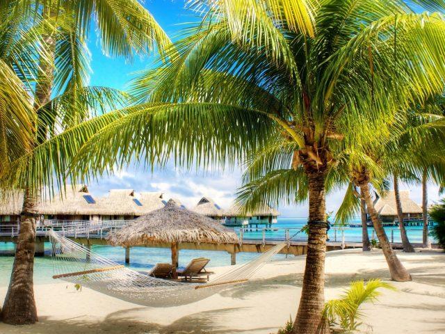 Тропический пляж с бунгало