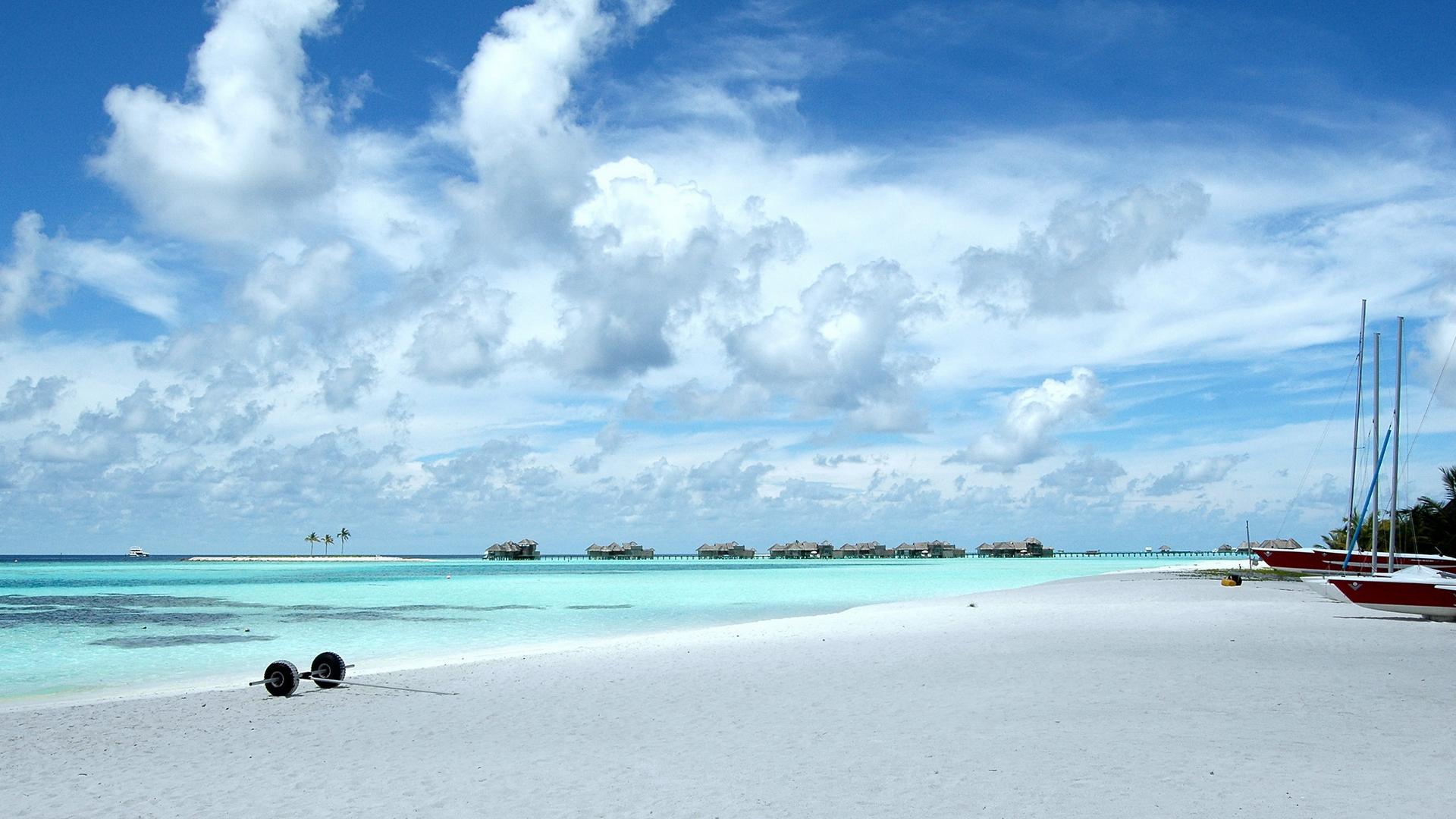 Пляж Мальдив с лодками обои скачать