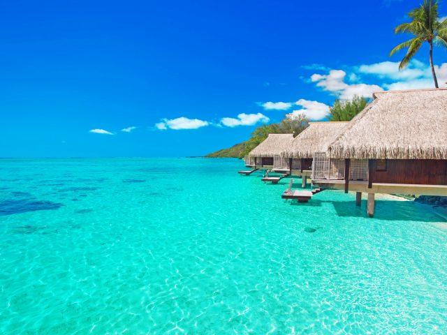 Бунгало на пляже тропического острова