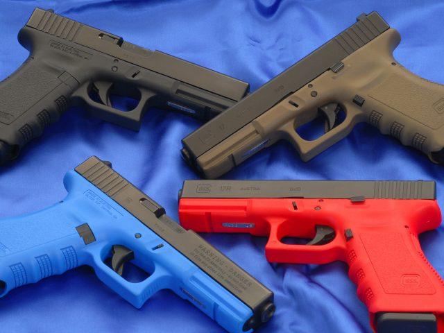Пистолет Глок на синем