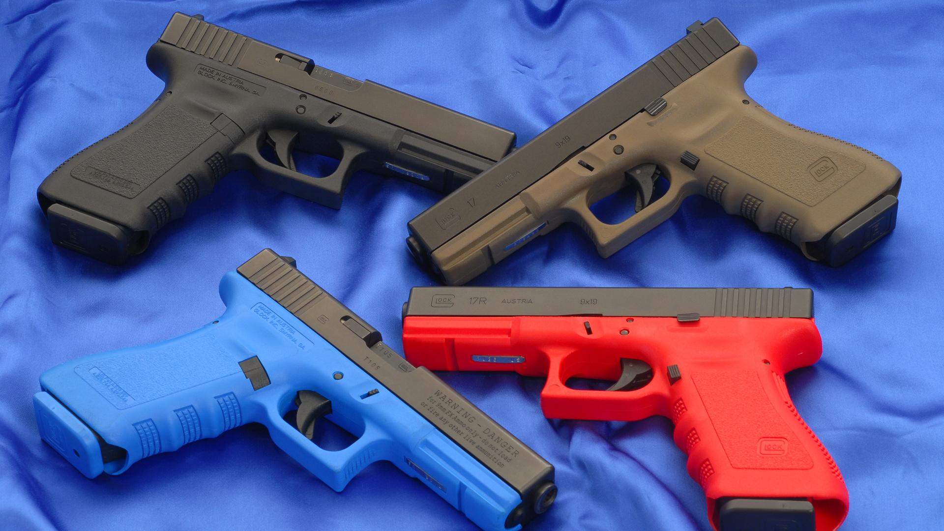 Пистолет Глок на синем обои скачать