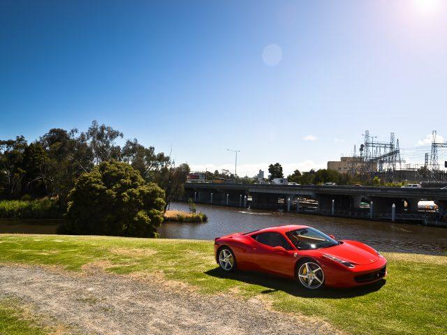 Красная Ferrari 458 italia
