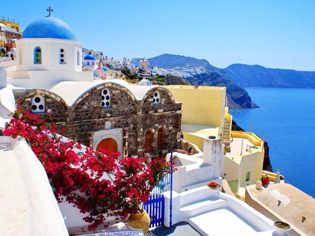 Дома Санторини на побережье Греции