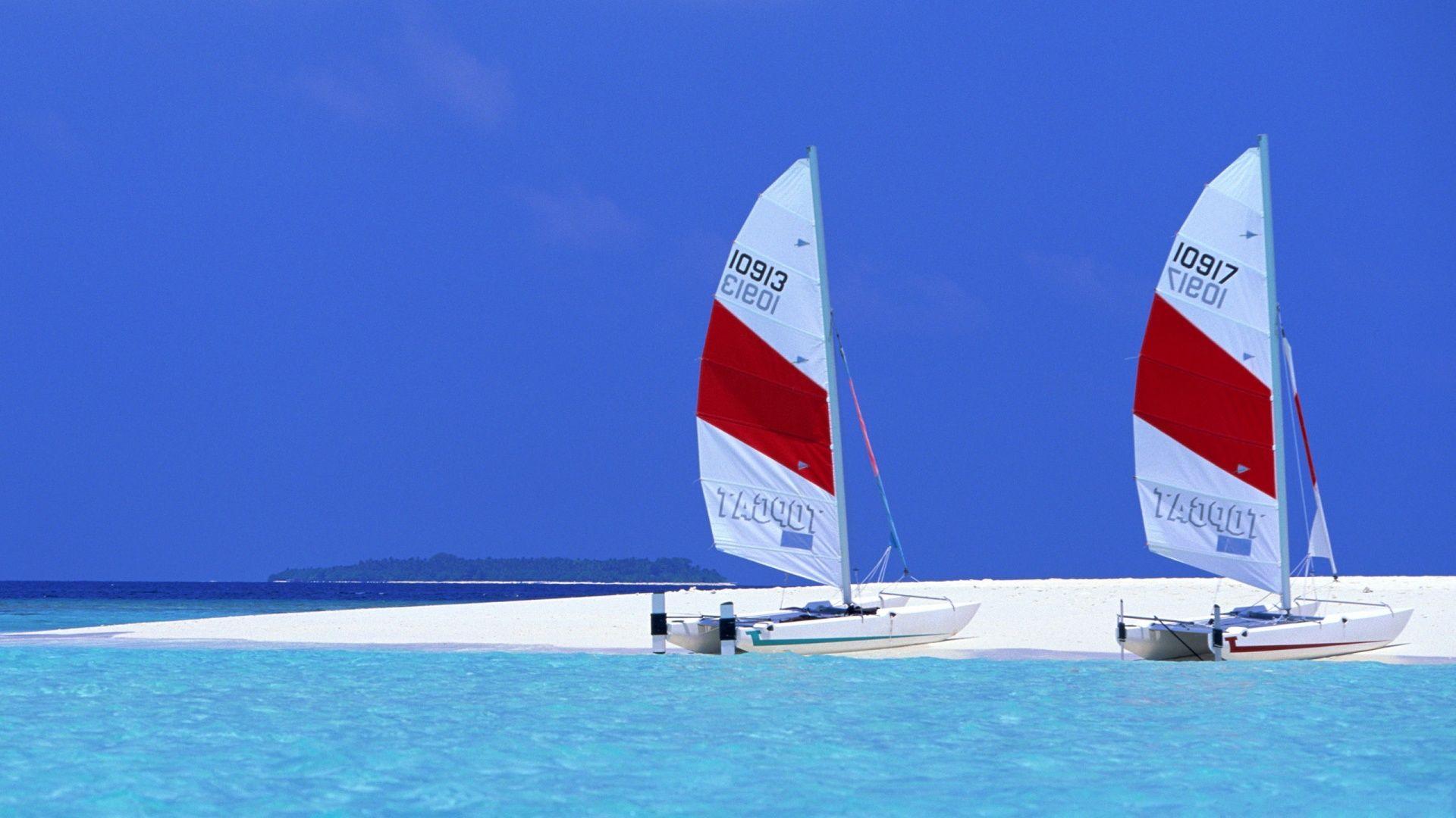 Лодка на тропическом Мальдивском пляже обои скачать