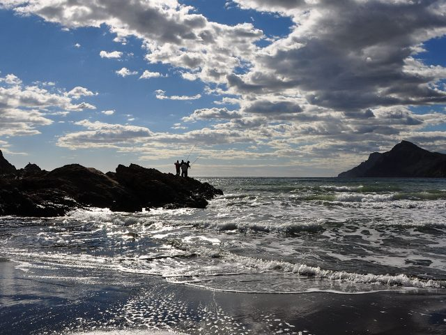 Утреннее море с рыбаками