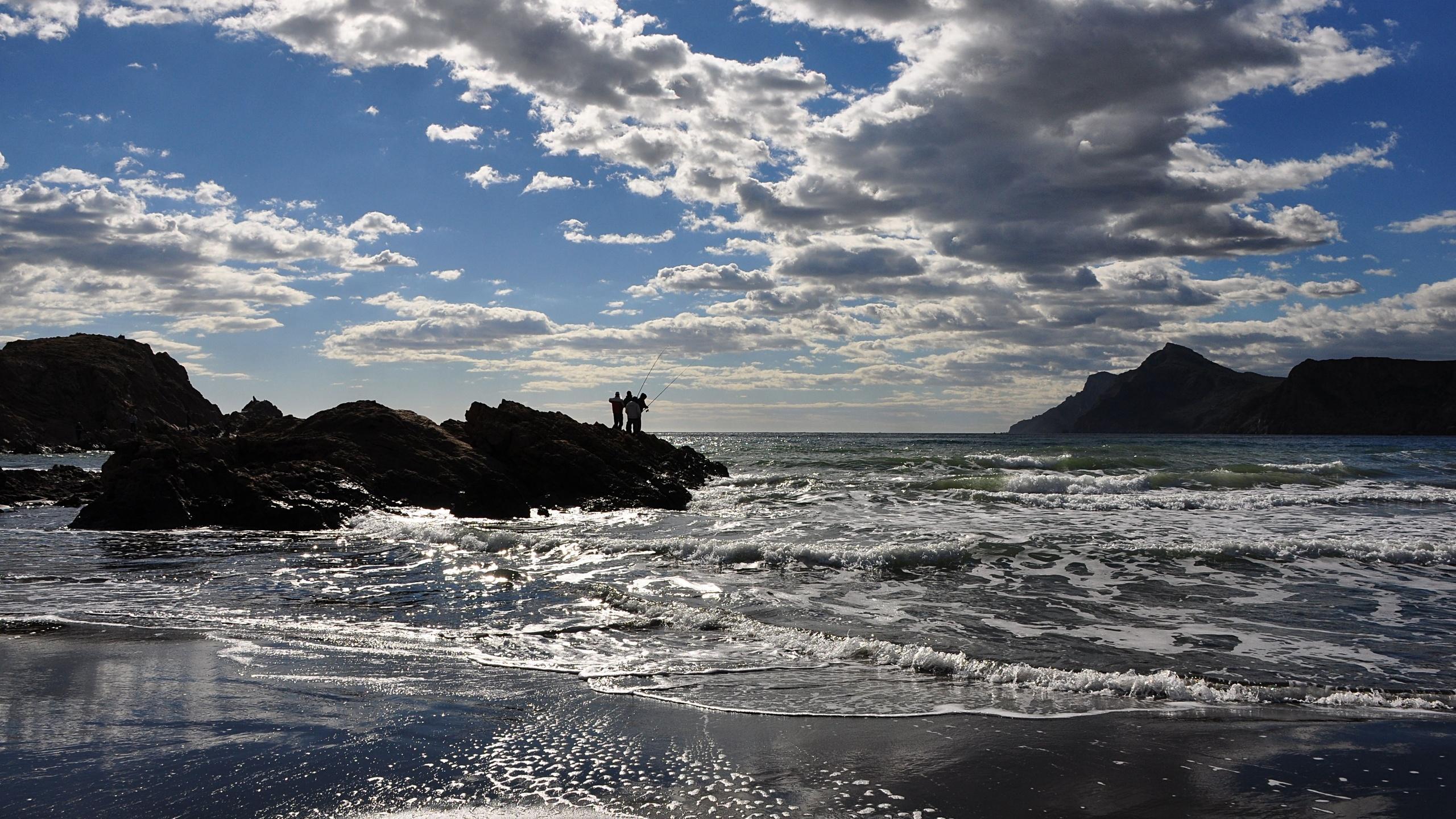 Утреннее море с рыбаками обои скачать