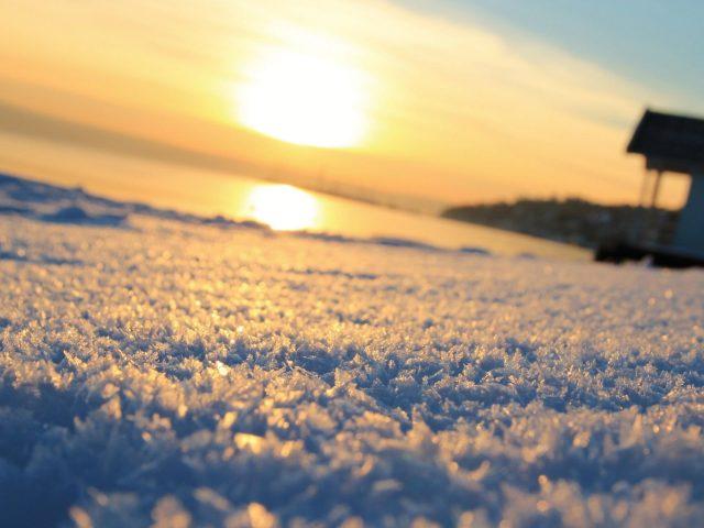 Взгляд червя на мороз снег во время заката природа