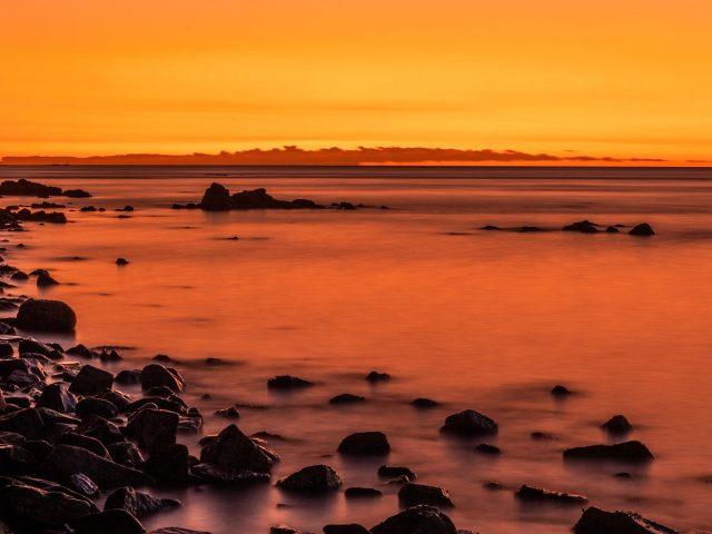 Закат на скалистом пляже