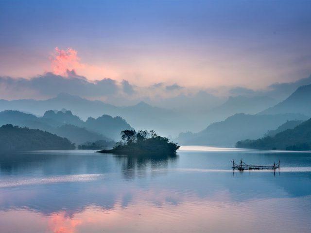 Туманный пейзаж озера