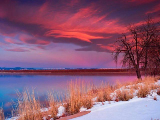 Спокойный водоем под красным облачным небом природа