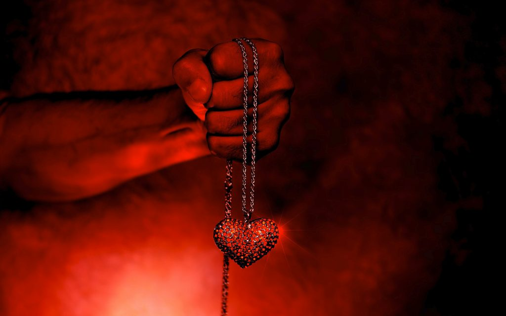 Сердце в руках. обои скачать