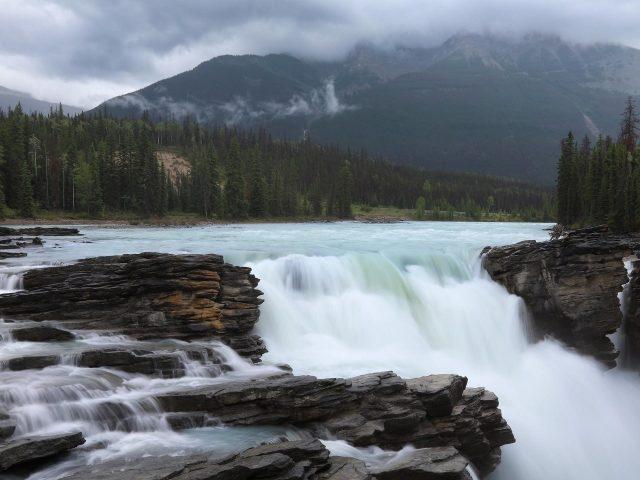 Водопад река с пейзажем Туманных гор в Альберте Атабаска Канада Национальный парк Джаспер природа