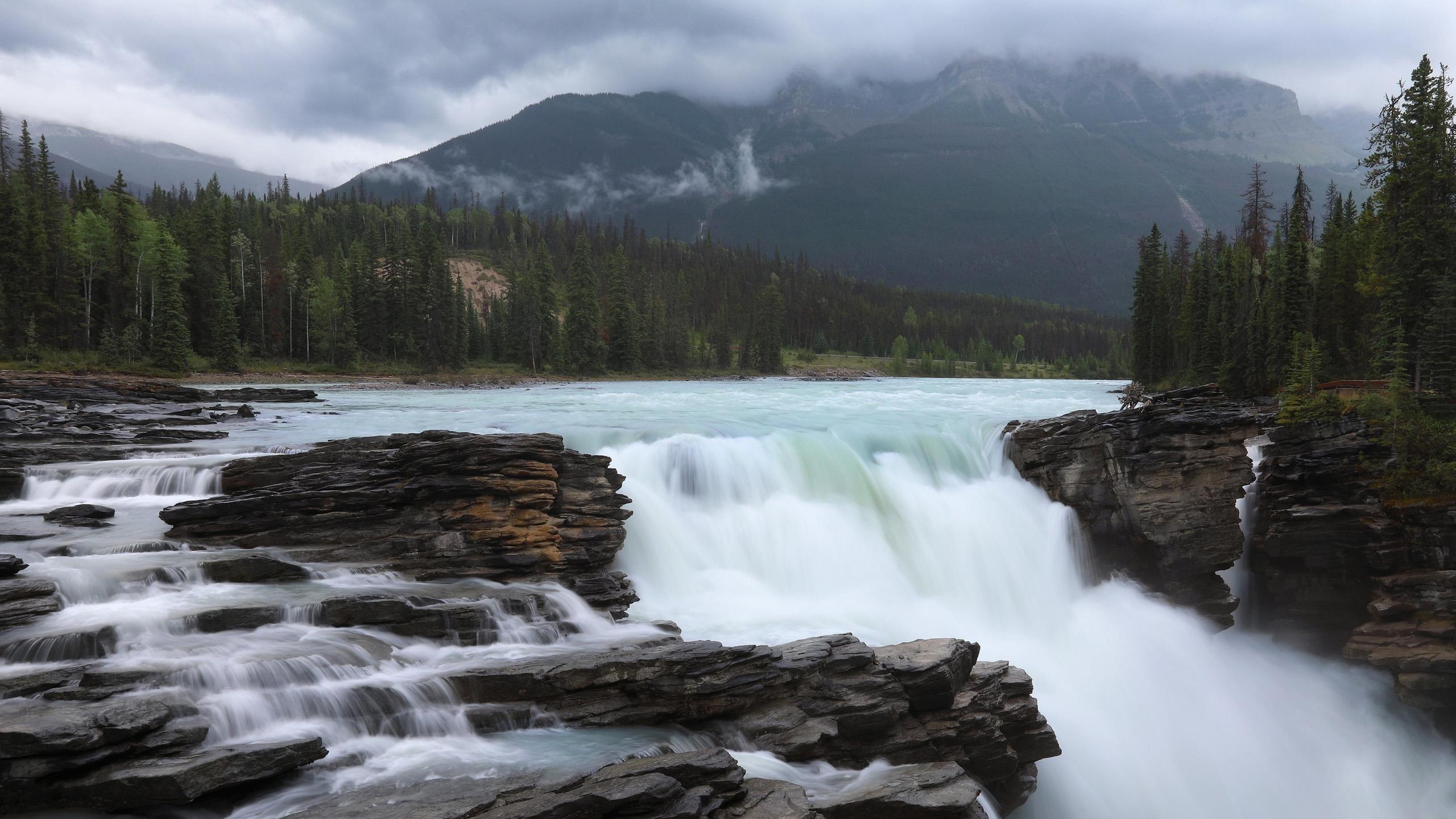 Водопад река с пейзажем Туманных гор в Альберте Атабаска Канада Национальный парк Джаспер природа обои скачать
