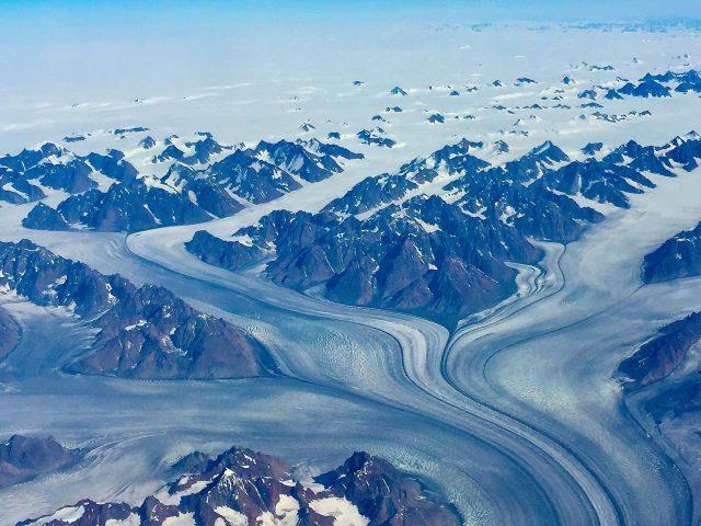 Заснеженные скалы в Восточной Гренландии природа
