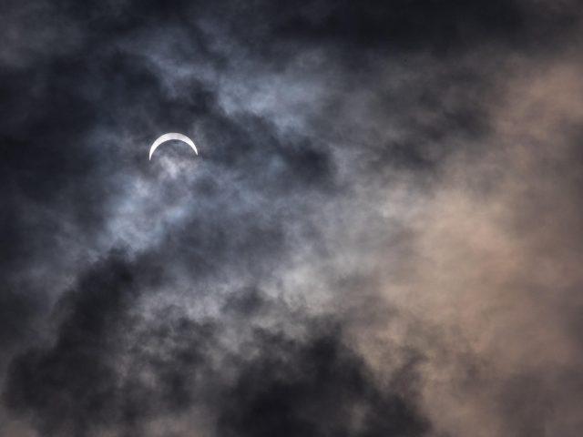 Земля Луна под черно белыми облаками в ночное время природа