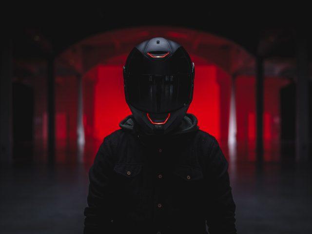Байкер со шлемом
