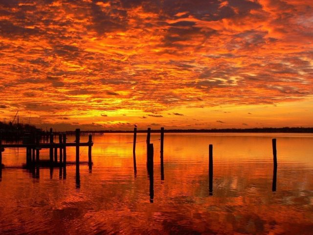 Закат порт озеро огненное небо желтые красные облака отражение природы
