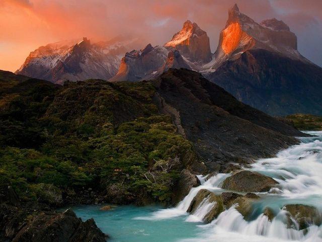 Поток воды волны зеленые деревья горы фон природа