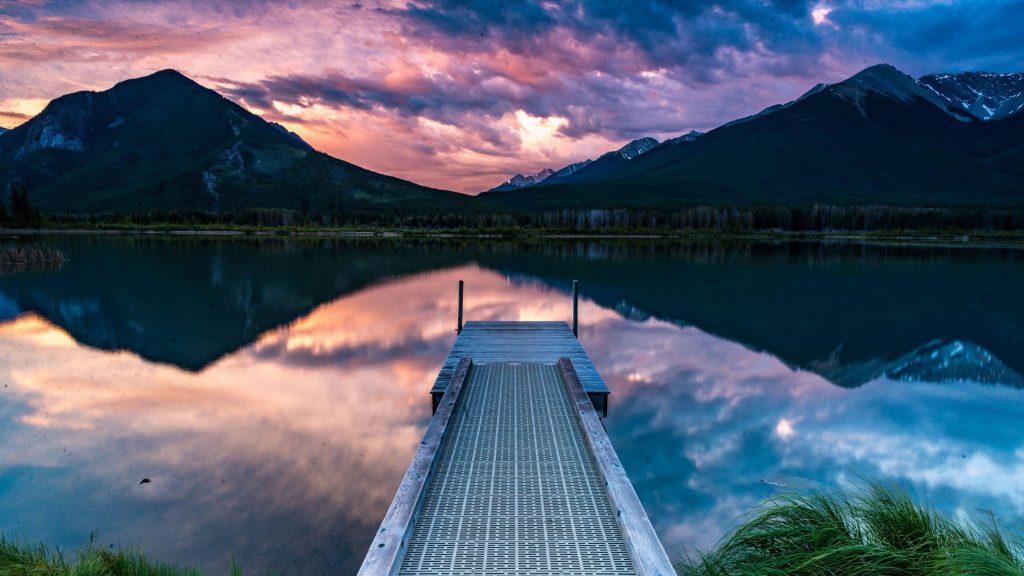 Пирс горы берег озера отражение на фоне гор под черно-розовой облачной природой обои скачать