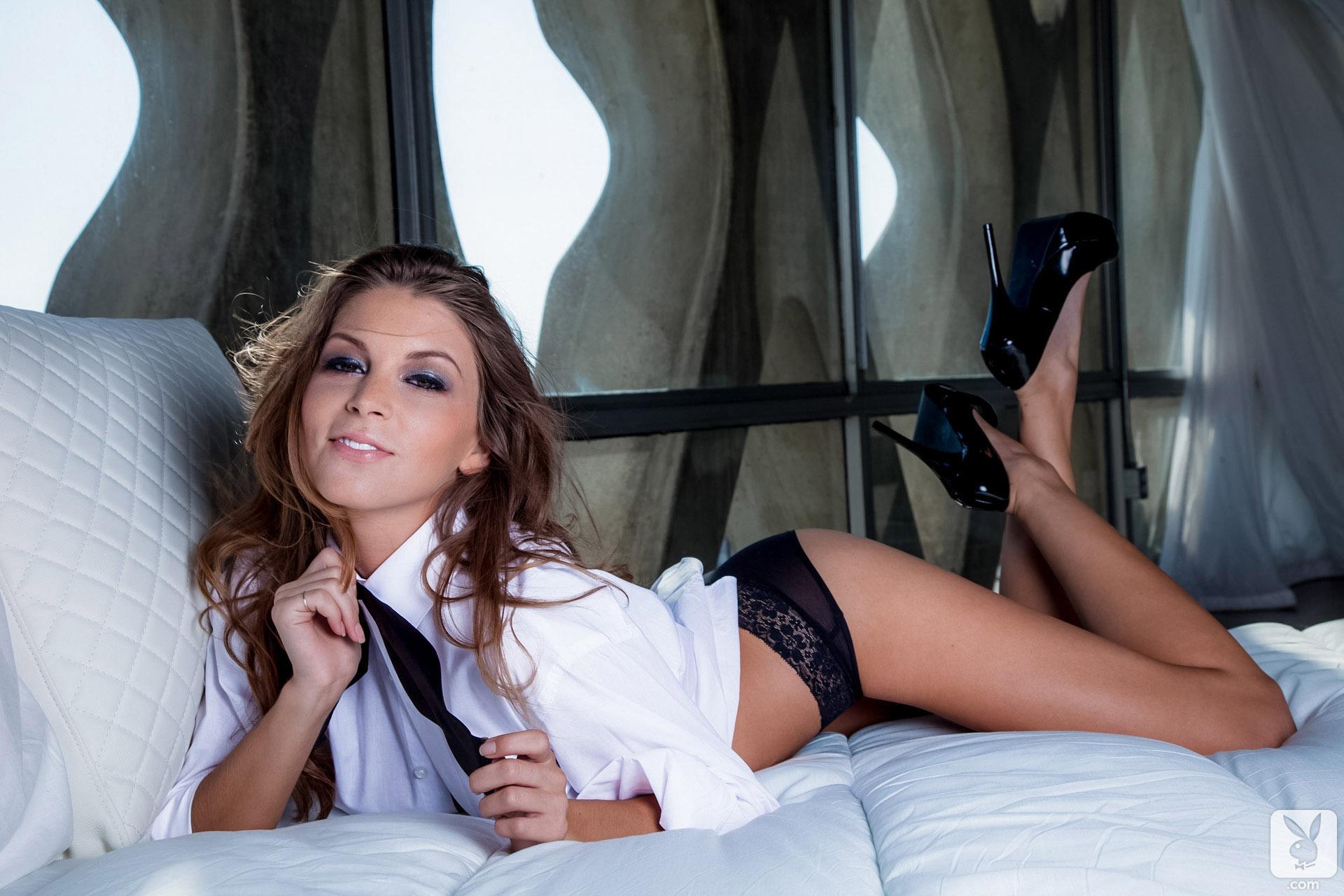 Amber Sym, фотомодель, лежит, попка обои скачать