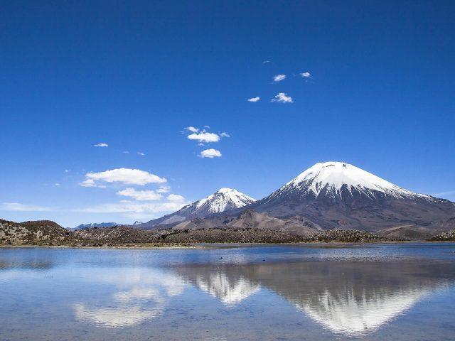 Горный пейзаж отражение на озере Чили с голубым небом фон природа