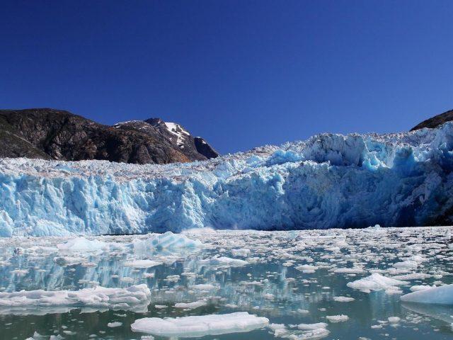 Ледник Аляскинского залива ледяная гора в дневное время природа