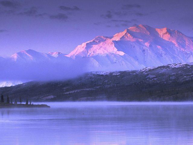 Пейзажный вид Аляски белые покрытые горы под белым небом и спокойный водоем природа