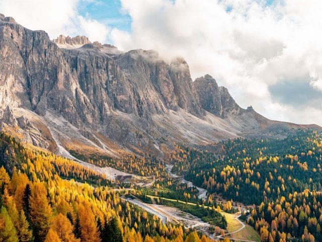 Пейзаж Вид на скалы водопад лес горы в Италии природа
