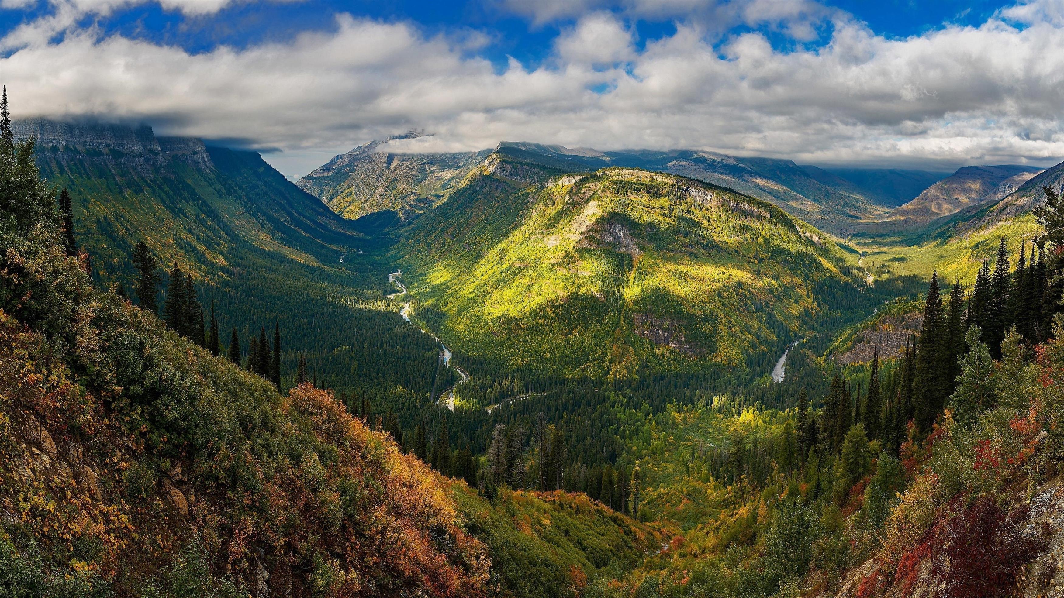 Покрытая зеленью гора под белыми облаками с зелеными деревьями в дневное время природа обои скачать