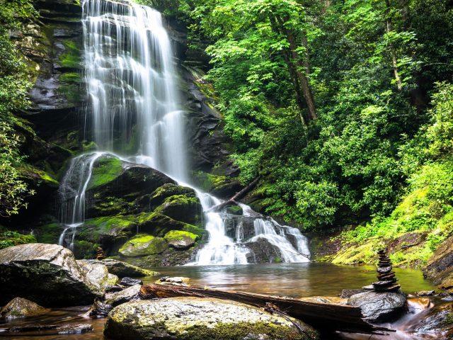 Водопады из скалы камень вокруг листва зеленые деревья природа