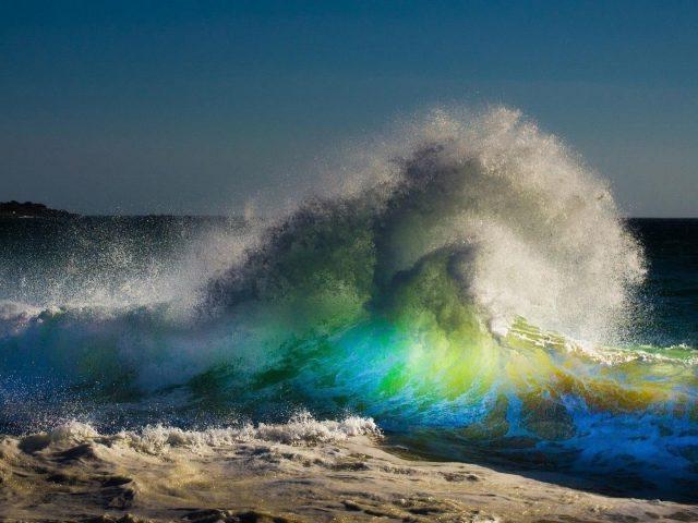 Красочные волны под голубым небом природа