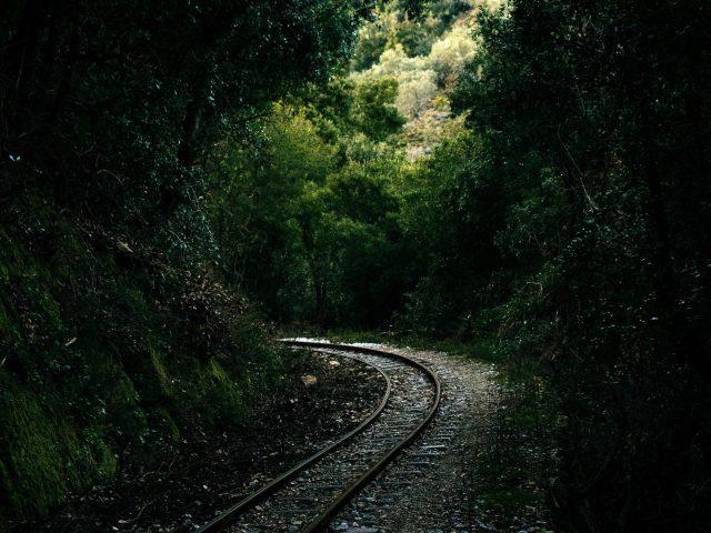 Железнодорожные пути на горной тропе
