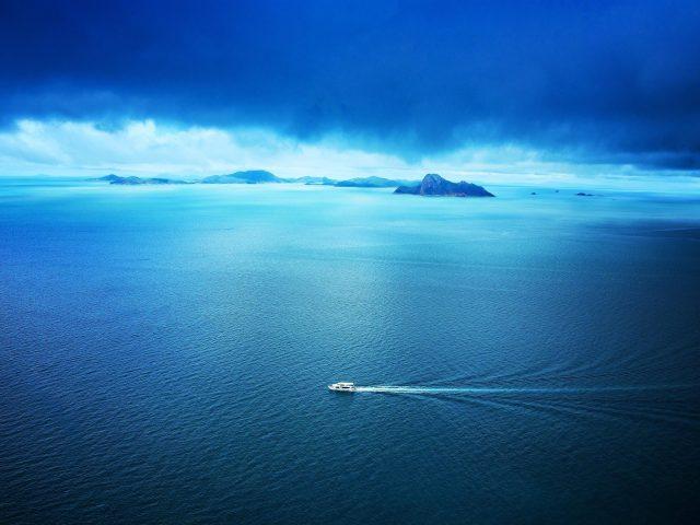 Синий океан между Белым кораблем фон гор природа