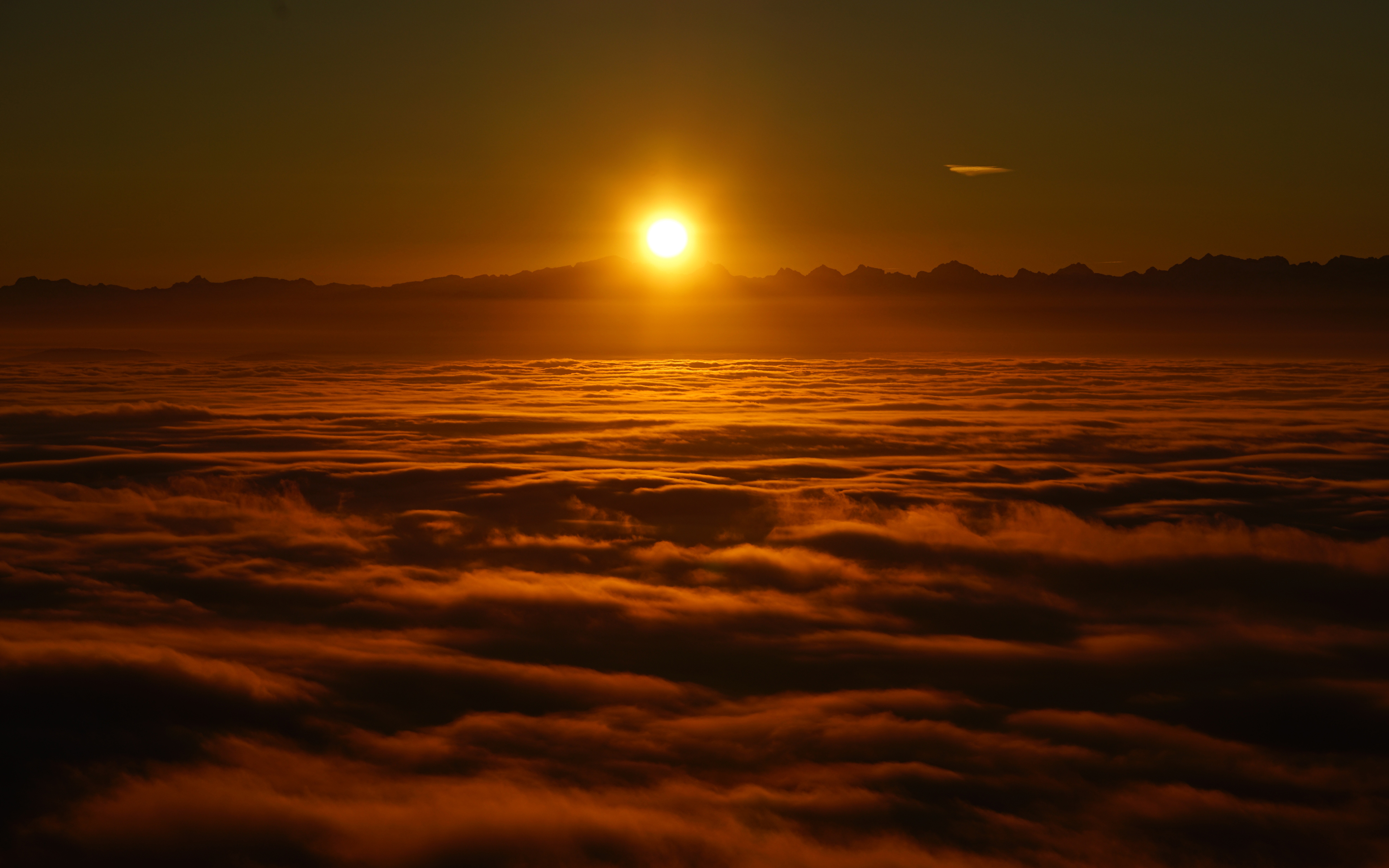 Восход солнца над облаками обои скачать