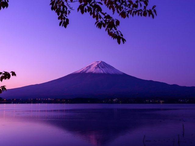 Пейзаж фиолетовой горы Фудзи во время ночной природы