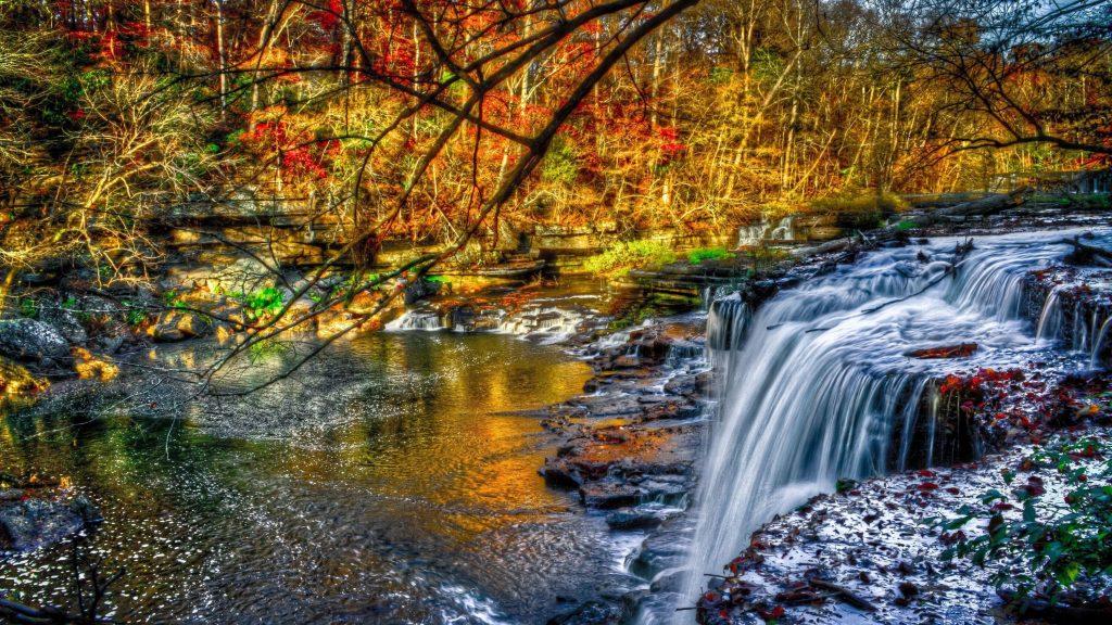 Красивый водопад в лесу льется на речную природу обои скачать