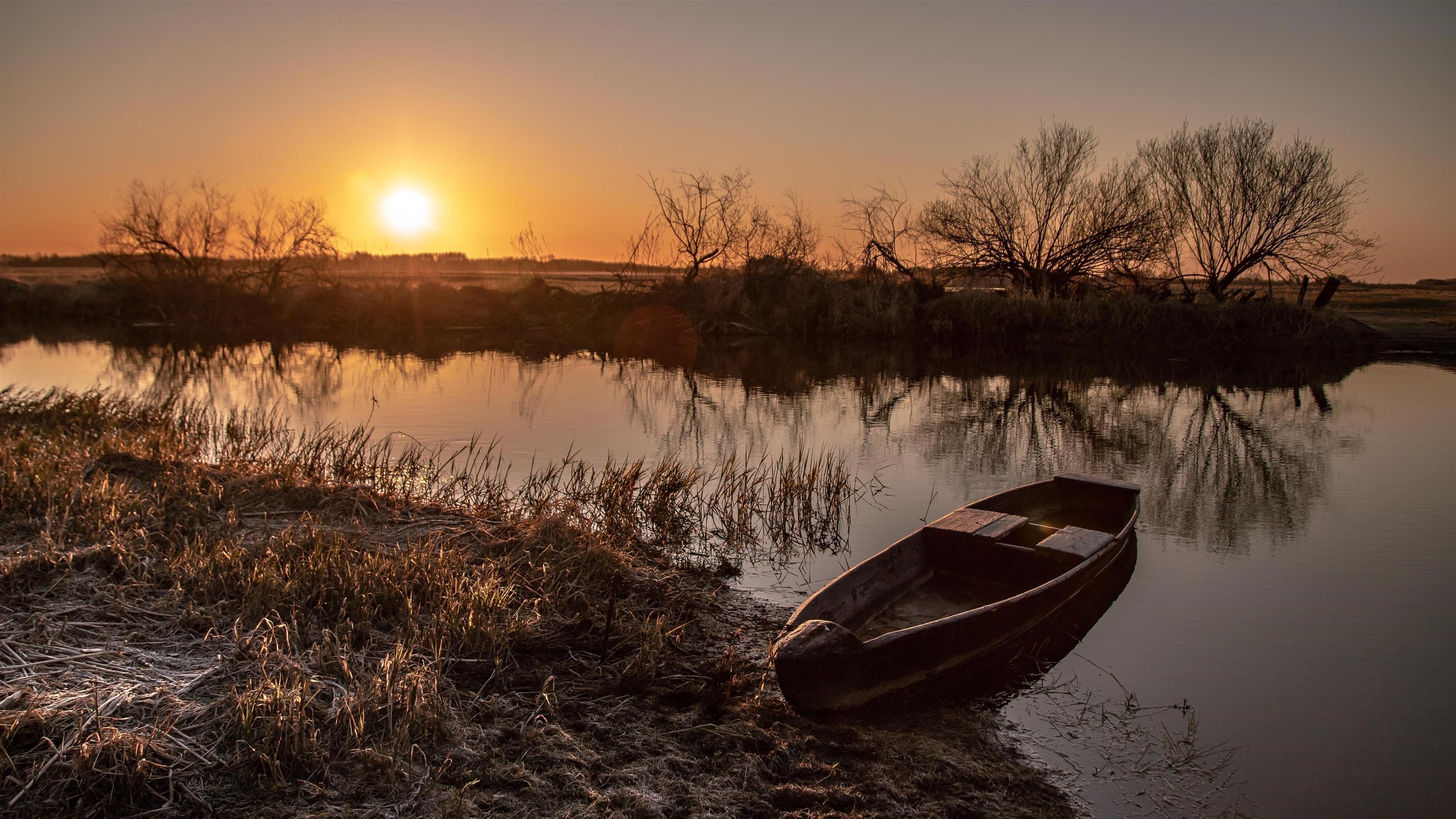 Посадка лодки между озерами под закатом солнца обои скачать