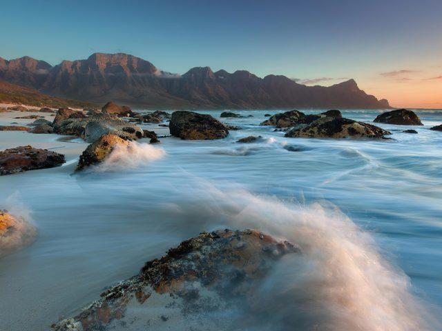 Черные скалы между длинными волнами экспозиция в дневное время природа