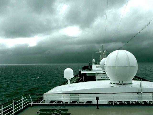 Вид на океан и облачное небо с круизного лайнера круизный лайнер