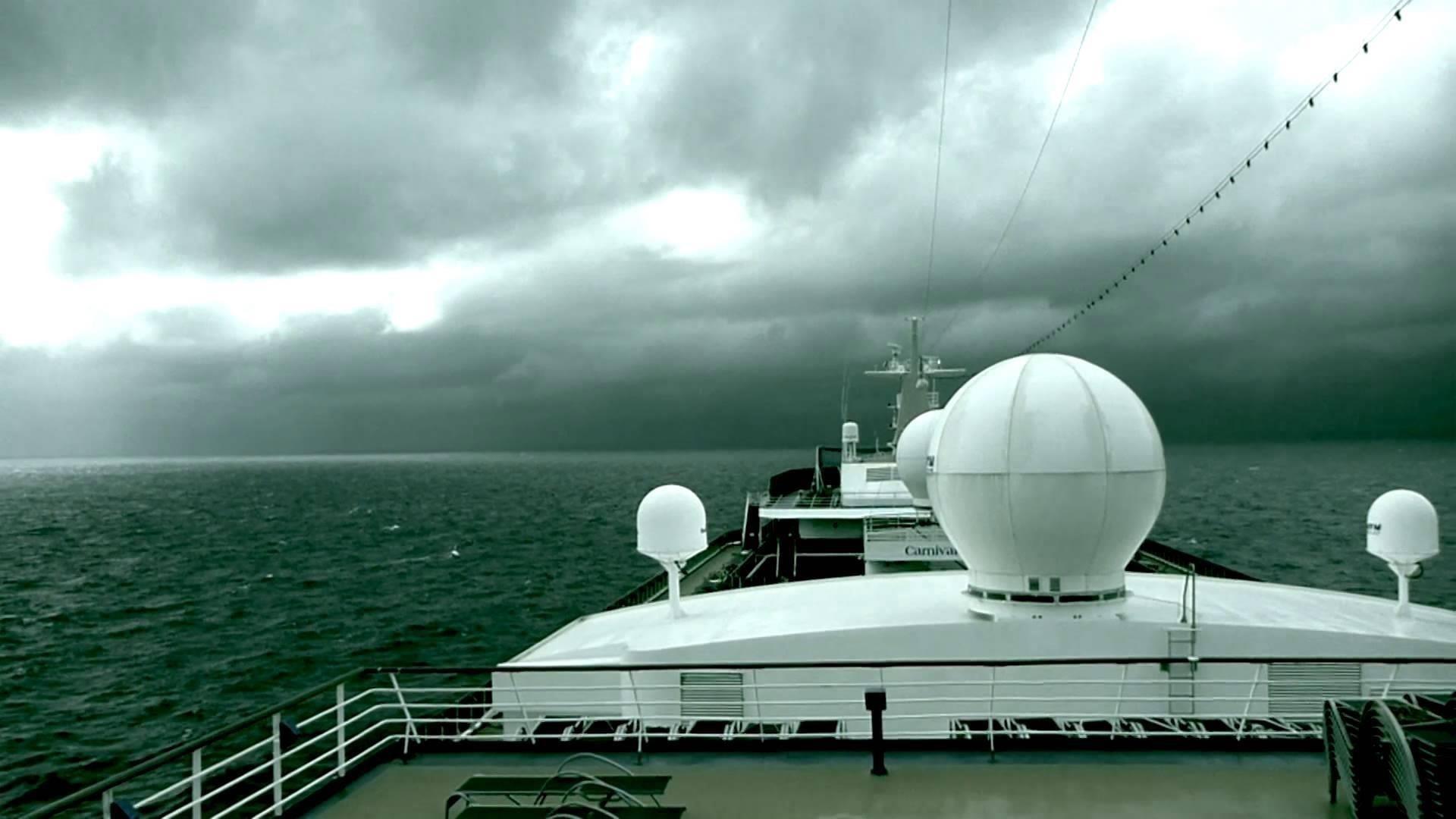 Вид на океан и облачное небо с круизного лайнера круизный лайнер обои скачать