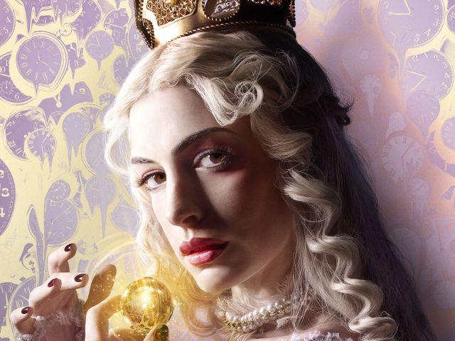 Белая королева Алиса в Зазеркалье.