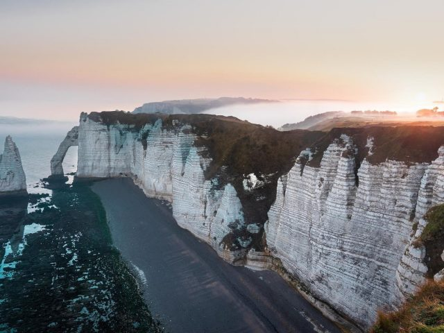 Бело-зеленые покрытые горы вдоль берега моря Природа