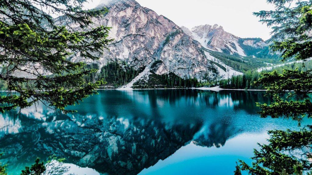 Пейзаж вид белая гора отражение на спокойном водоеме в дневное время природа обои скачать
