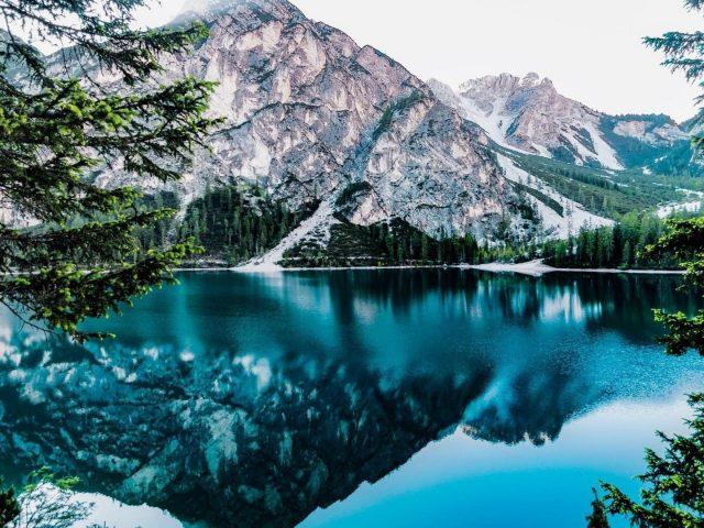Пейзаж вид белая гора отражение на спокойном водоеме в дневное время природа