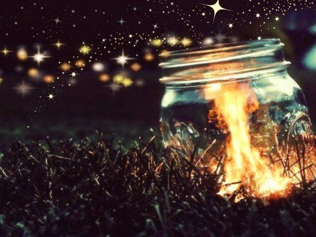 Яркие огни стеклянная бутылка на траве абстракция