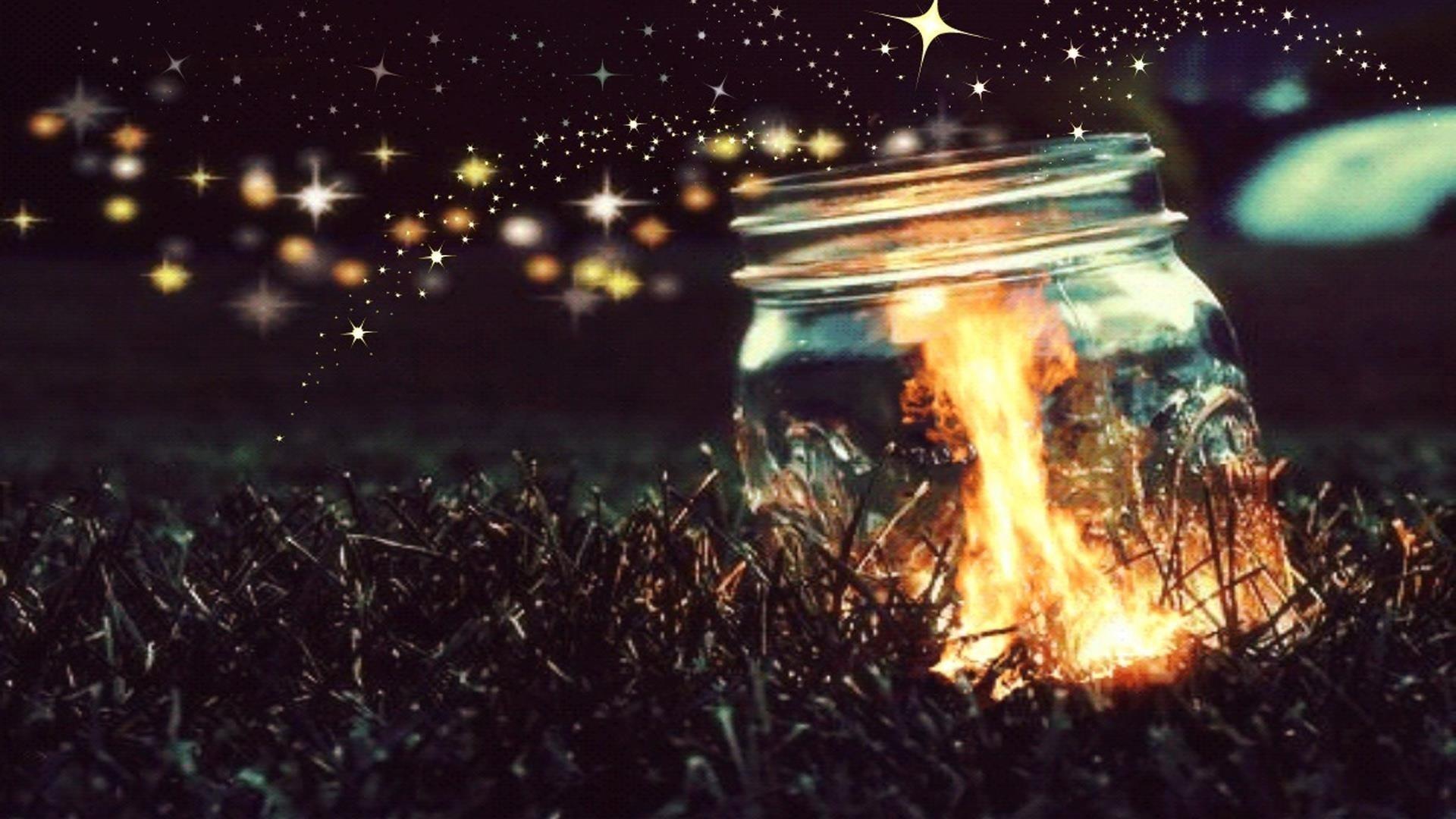Яркие огни стеклянная бутылка на траве абстракция обои скачать