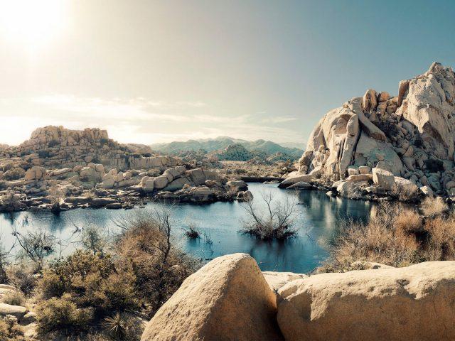 Рок пустыни образований озеро национальный парк Калифорния США.