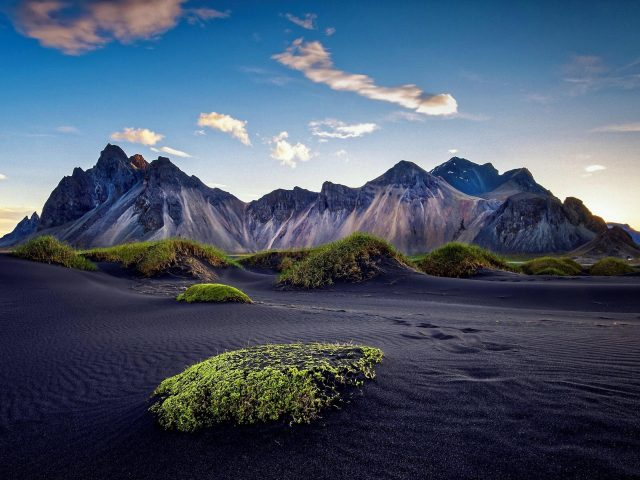 Горы в Черной пустыне под голубым небом в дневное время природа