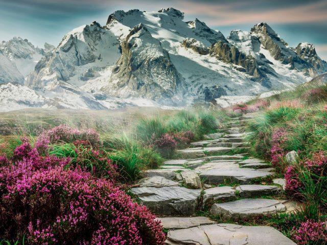Живописный весенний горный пейзаж